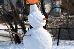 Bonhomme de neige à la fin de l'hiver sur le terrain de jeu images libres de droits