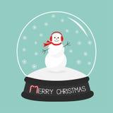 Bonhomme de neige, écharpe et écouteurs de bande dessinée sur la boule de cristal de congère avec des flocons de neige Photographie stock libre de droits