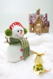 bonhomme de neige avant de maison Photo libre de droits