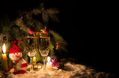 Bonhomme de neige avec des bougies et des verres de champagne Images libres de droits