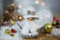 Bonhomme de neige avec des boules d'arbre de Noël Photographie stock libre de droits