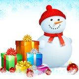Bonhomme de neige avec des cadeaux de Noël Photo libre de droits