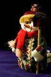 Bonhomme de neige avec des cadeaux sur un fond noir Photographie stock libre de droits