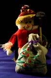 Bonhomme de neige avec des cadeaux sur un fond noir Photographie stock