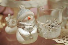 Bonhomme de neige avec du pain de Noël sur l'étagère Photos libres de droits