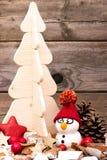 Bonhomme de neige avec un arbre de Noël Photos stock