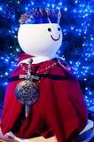 Bonhomme de neige blanc avec le tissu rouge dans le jardin Images stock