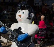Bonhomme de neige d'Elvis en dehors de café Image stock
