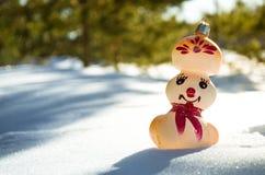 Bonhomme de neige dans la forêt d'hiver Images stock