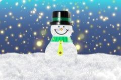 Bonhomme de neige dans le paysage de neige d'hiver pour la carte ou le fond Image stock