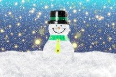 Bonhomme de neige dans le paysage de neige d'hiver pour la carte ou le fond Photos stock