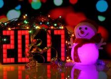 Bonhomme de neige de couleurs de la bonne année 2017 sur le fond de bokeh Photos stock