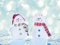 Bonhomme de neige de couples sur la neige Photo stock