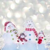 Bonhomme de neige de famille à l'hiver Photographie stock libre de droits