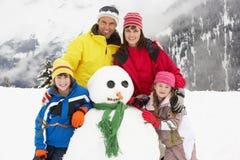Bonhomme de neige de fondation d'une famille des vacances de ski Image stock