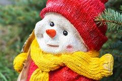 Bonhomme de neige de jouet au sapin Images libres de droits