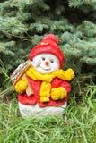 Bonhomme de neige de jouet au sapin Image stock