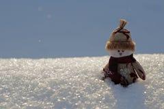Bonhomme de neige de jouet sur la neige Photos stock