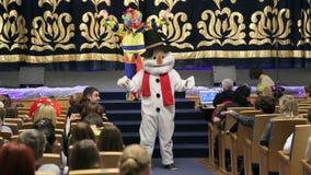 Bonhomme de neige de marionnette sur la célébration de nouvelle année clips vidéos