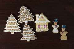 Bonhomme de neige de pain d'épice, arbre de Noël et maison sur un dos en bois Photographie stock