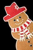Bonhomme de neige de pain d'épice sur le noir photos libres de droits
