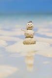 Bonhomme de neige effectué à partir du sable sur la plage Images libres de droits