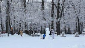 Bonhomme de neige en parc d'hiver banque de vidéos