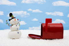 Bonhomme de neige et boîte aux lettres photos libres de droits
