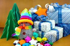 Bonhomme de neige et boîte-cadeau avec l'arbre de Noël et le petit papier d'étoile Photo libre de droits
