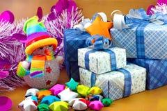 Bonhomme de neige et boîte-cadeau avec l'arbre de Noël et le petit papier d'étoile Image libre de droits