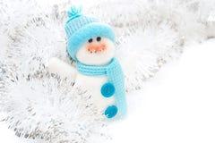 Bonhomme de neige et tresse de jouet de Noël sur un fond blanc image libre de droits