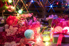 Bonhomme de neige et un arbre de Noël décoré avec la lumière Photographie stock libre de droits