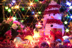 Bonhomme de neige et un arbre de Noël décoré avec la lumière Image stock