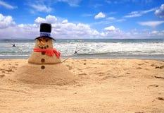 Bonhomme de neige fait de sable sur la plage image libre de droits