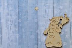 Bonhomme de neige gai avec le balai et l'oiseau et l'étoile de Noël sur le fond clair avec les flocons de neige stylisés image stock