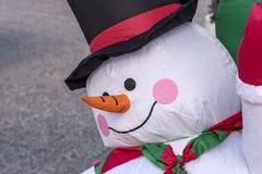 Bonhomme de neige gonflable de Noël sur la rue Fond de vacances de Noël ou de nouvelle année image stock