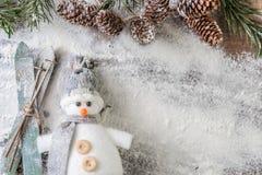 Bonhomme de neige gris et blanc drôle avec des skis Photo libre de droits