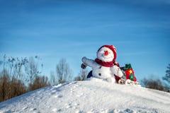 Bonhomme de neige heureux avec le chapeau Photo stock