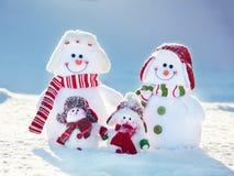 bonhomme de neige heureux sur la neige Images stock