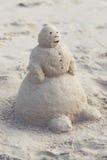 Bonhomme de neige hors du sable Image libre de droits