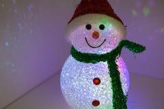Bonhomme de neige de jouet avec l'illumination multicolore Décoration de Noël et d'an neuf Photographie stock