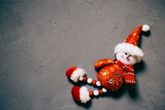 bonhomme de neige de jouet sur le fond texturisé foncé, l'espace de copie photos libres de droits