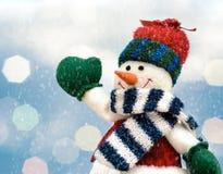 Bonhomme de neige joyeux de Noël sur le paysage d'hiver avec le fond brouillé de lumières Photos stock