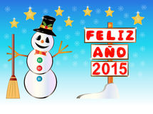 Bonhomme de neige jugeant un poteau indicateur heureux de l'année 2015 écrit sur l'Espagnol Photographie stock