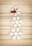 Bonhomme de neige mignon fait de flocons de neige et poivre de piment, symbole de victoire Photo libre de droits