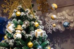 Bonhomme de neige de Noël, boîte-cadeau, décoration de babioles sur neiger le Christ Image libre de droits