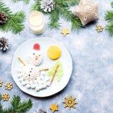 Bonhomme de neige de Noël fait de gelée de guimauve et de fruit sur un plat avec des branches et des décorations de sapin Vue sup photographie stock libre de droits