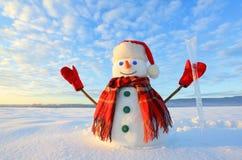 Bonhomme de neige observé par bleu Le lever de soleil éclaire le ciel et les nuages par des couleurs chaudes Réfléchir sur la nei image stock