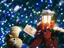 """Bonhomme de neige, plaquette avec année """"Happy des textes la nouvelle !  d'â€, lanterne de rue, ruban Images libres de droits"""