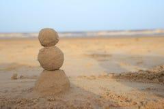 Bonhomme de neige de sable pour ceux qui célèbrent la nouvelle année par la mer photographie stock libre de droits